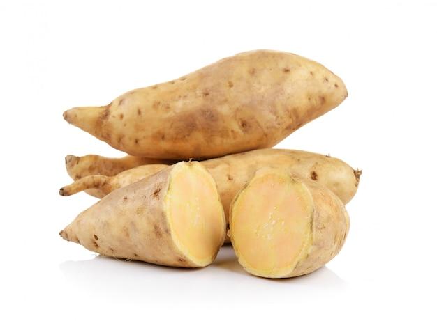 Сладкий картофель изолирован