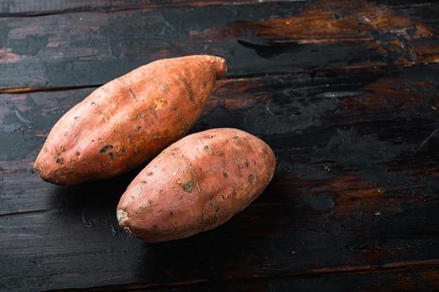 Сладкий картофель или батат на старом деревянном столе.
