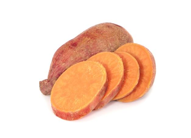 白で分離されたスライスとサツマイモ
