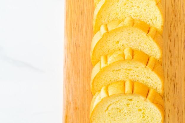 木の板でスライスしたサツマイモのパン