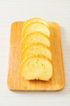 Сладкий картофель хлеб нарезанный на деревянной доске