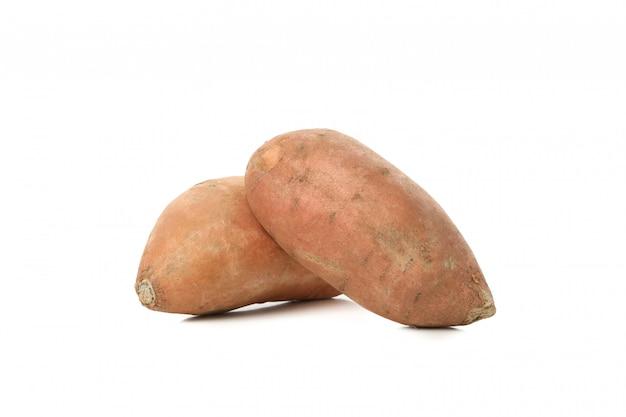 Сладкие картофели изолированные на белой поверхности. овощи