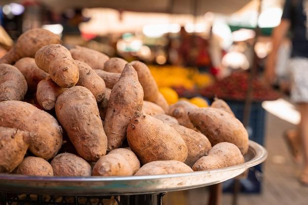 레몬의 배경에 카운터 시장에 batata라는 고구마.
