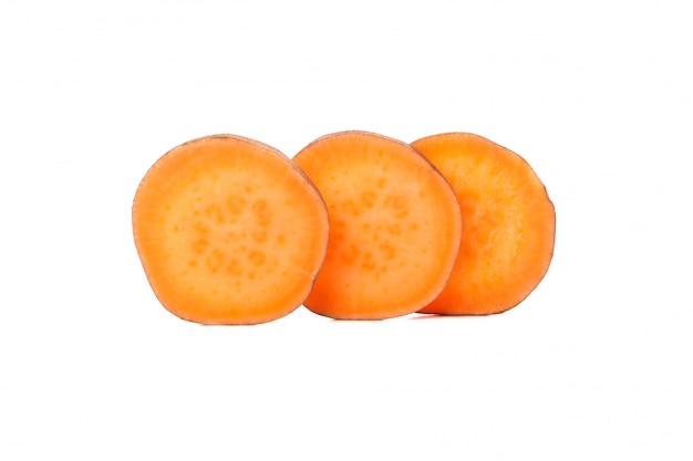 Сладкий картофель и ломтики на белом фоне