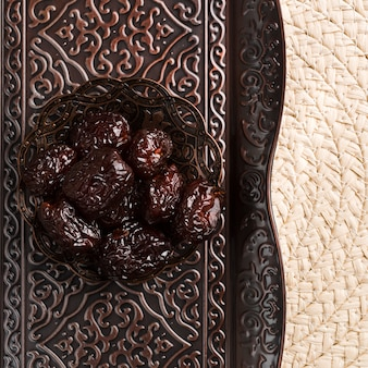 Prugne dolci sul piattino contro vassoio e tappetino