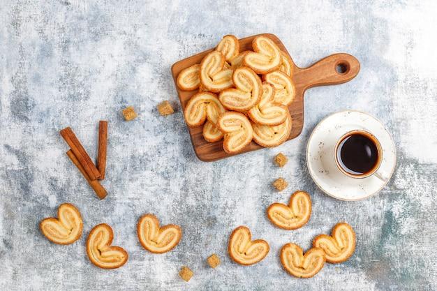 Сладкое слоеное тесто, домашнее пальмовое печенье.