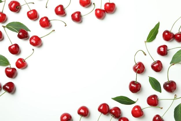 Сладкие красные ягоды вишни на белом фоне