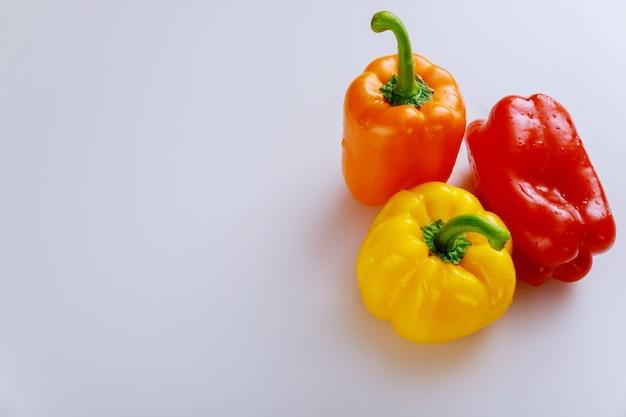 Сладкий красный, желтый и красный болгарский перец. скопируйте пространство.