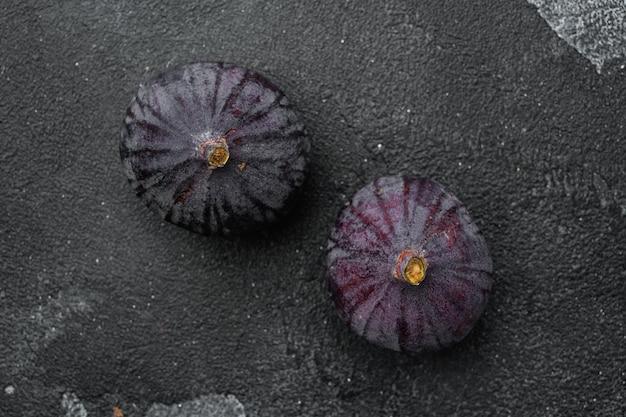 달콤한 익은 무화과 과일 세트, 검은색 짙은 석재 테이블 배경, 위쪽 뷰 플랫 레이, 텍스트 복사 공간