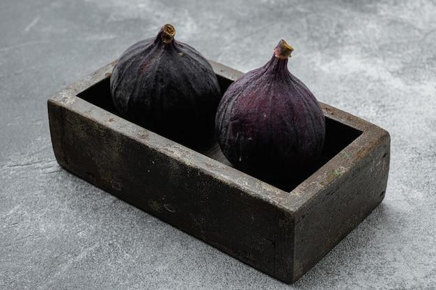 회색 돌 테이블 배경에 달콤한 익은 무화과 과일 세트