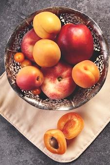 ボウルに甘く熟した桃