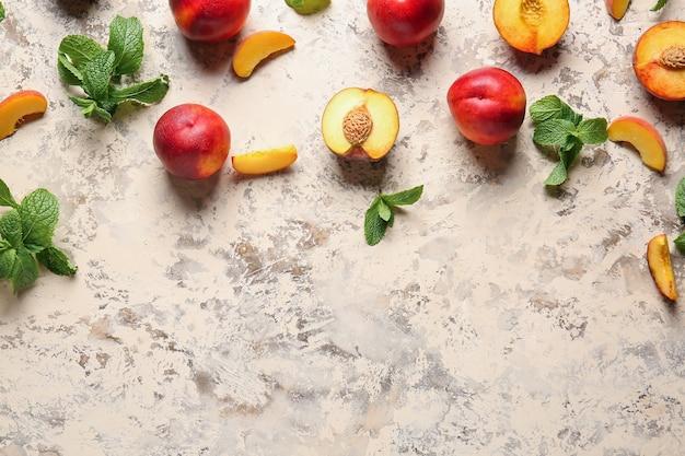 Сладкие спелые персики на столе