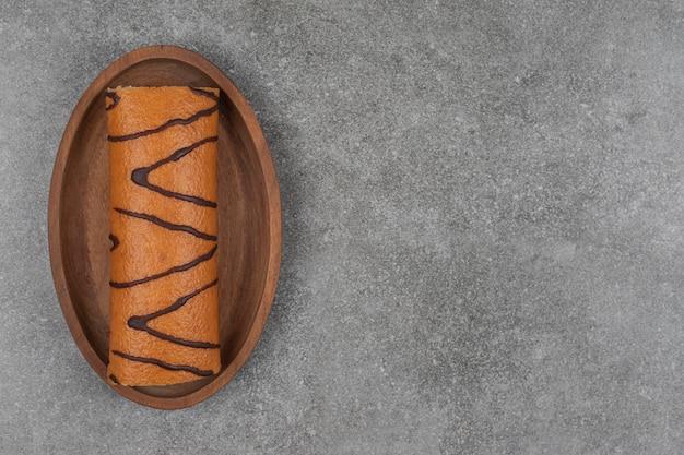 나무 접시에 달콤한 롤 케이크