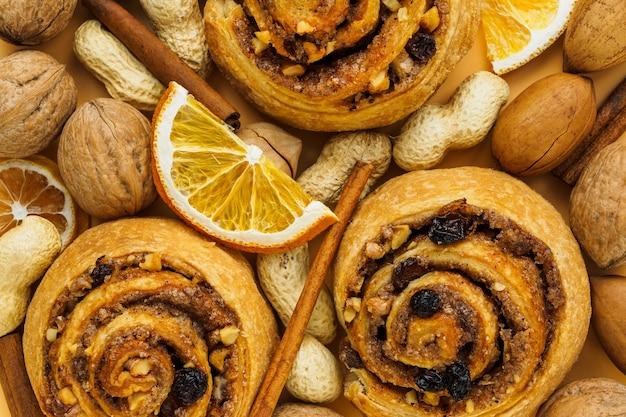 Сладкие роллы и различные орехи крупным планом
