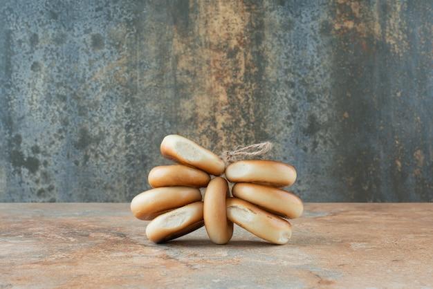 Сладкое круглое печенье в веревке на мраморном фоне