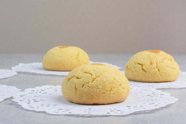 회색 배경에 달콤한 라운드 쿠키입니다. 고품질 사진 무료 사진