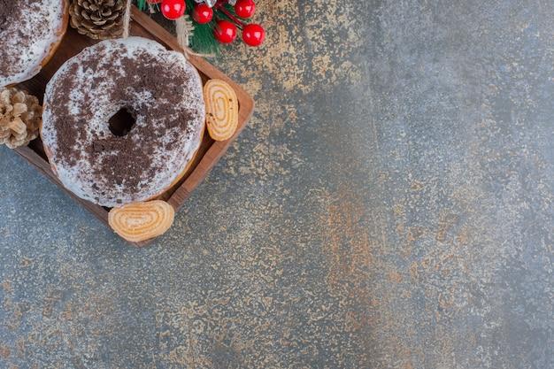 Dolci biscotti rotondi con caramelle di gelatina e pigne. foto di alta qualità