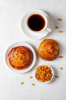 Сладкие круглые французские булочки с изюмом.