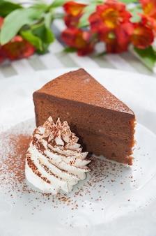 Сладкий торт захер со взбитыми сливками вертикальная рамка