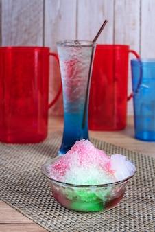Сладкий бритый красочный ледяной десерт