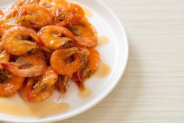 달콤한 새우는 생선 소스와 설탕으로 요리하는 태국 요리입니다 - 아시아 음식 스타일