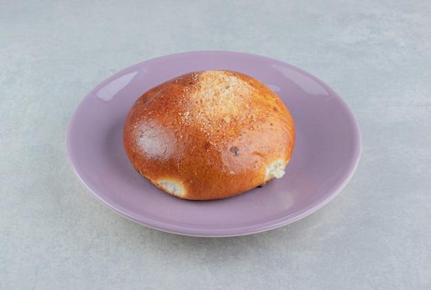 紫のプレートに甘いシングルパン。