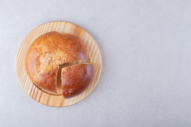 大理石の上に、木の板の上に甘いスライスしたパン。