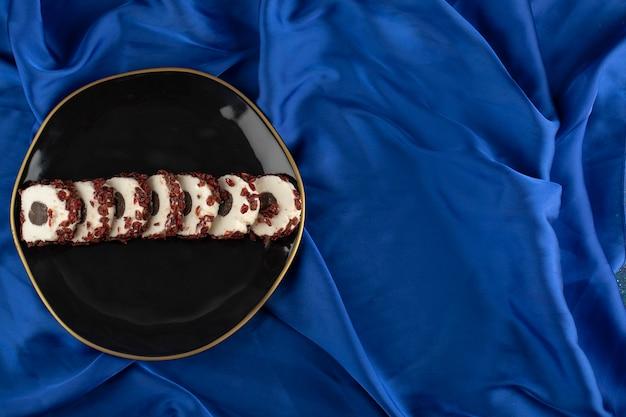 プレートにドライフルーツを添えた甘いスライスデザート。