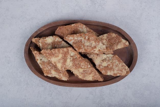 Сладкие кусочки пирога на деревянной тарелке