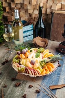 Сладкая закуска фруктовое ассорти с белым вином