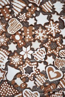 크리스마스 트리에 매달릴 준비가 된 달콤한 간식