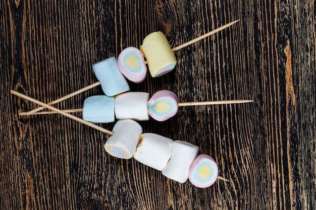 天然成分と天然色から作られた甘くて柔らかいマシュマロ、砂糖デザートのクローズアップ