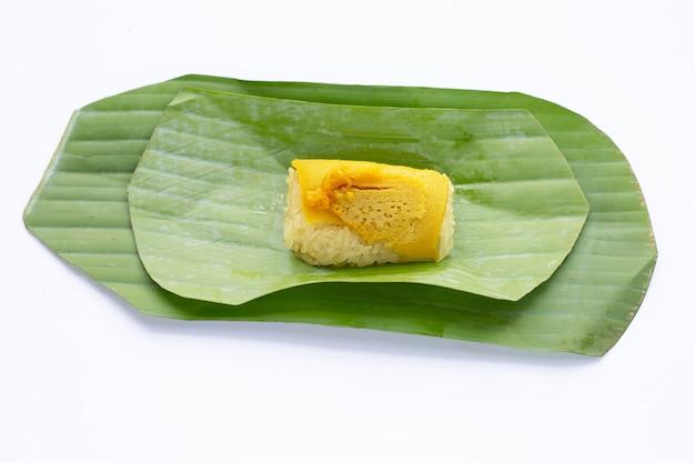 バナナの葉に卵カスタードをトッピングした甘いもち米