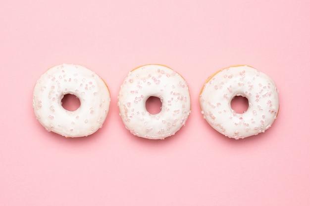 Сладкие клубничные пончики