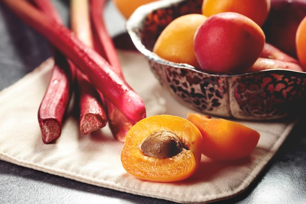 テーブルの上の甘い夏の果物