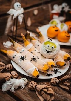 Сладкий стол с фруктами и угощениями на хэллоуин.