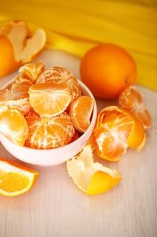 Сладкие мандарины и апельсины на столе крупным планом