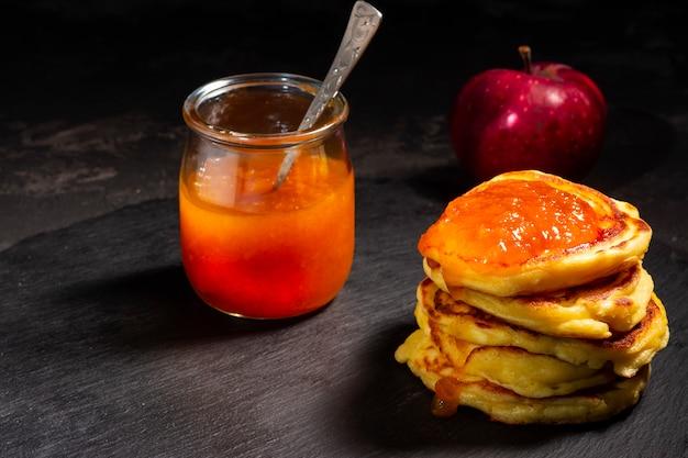 甘いおいしいパンケーキ、アップルジャムと自家製のパンケーキ。健康でおいしい食べ物。