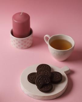 달콤한 차와 커피. 쿠키, 프레즐, 크래커, 베이글. 차에 대한 달콤한 기쁨