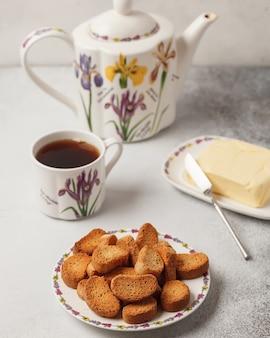 Сладкий чай и кофе. печенье, крендели, крекеры. сладкие радости к чаю
