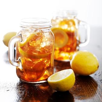 レモンと氷の瓶入りの甘いお茶