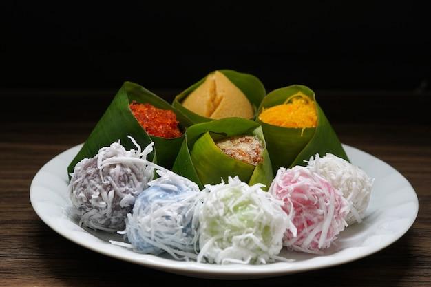 甘いタイのデザートココナッツボールと卵カスタード干物エビもち米と白いプレート