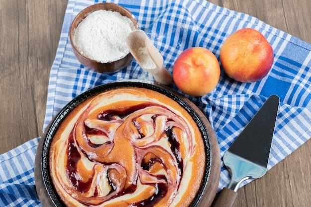 Torta dolce alla vaniglia e ingredienti principali in giro