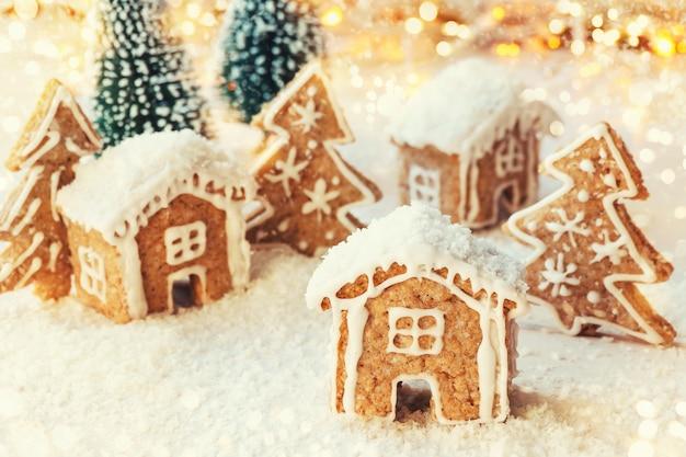 クリスマスの装飾が施されたジンジャーブレッドのクッキーハウスで作られた甘い村