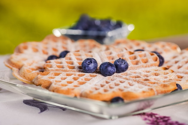 Cialde dolci per colazione sulla tavola di legno