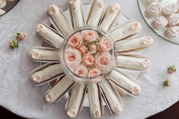 甘い結婚式の御馳走。結婚式のキャンディーバー。お菓子。別のマカロン。お祝いのテーブル。