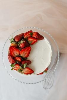 쟁반에 딸기 garnished 크림과 함께 달콤한 화이트 케이크