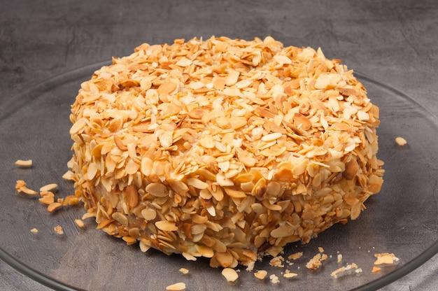 Сладкий весь торт с орехами на сером фоне