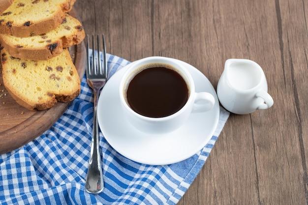 커피 나 핫 초콜릿과 함께 제공되는 달콤하고 맛있는 파이.