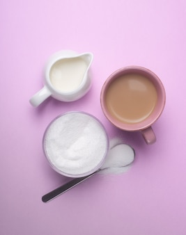 Подслащивание кофе с молоком с помощью подсластителя
